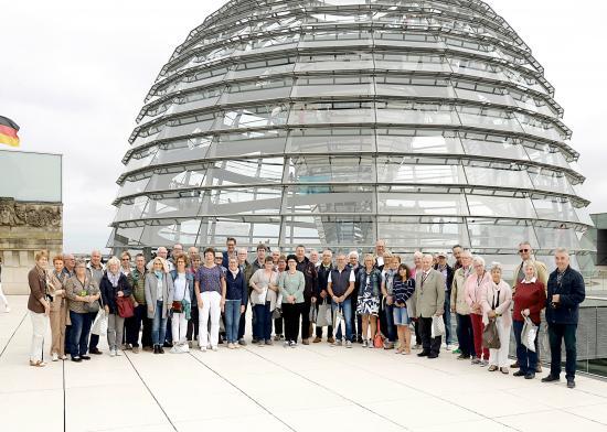 Gruppenfoto vor der Kuppel des Reichstagsgebäudes