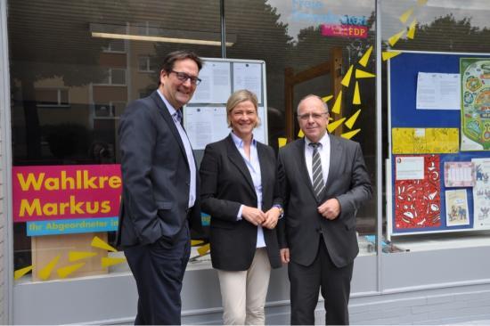 Britta Brisch (m.), Achim Hoffmann (r.) und Markus Herbrand im Gespräch